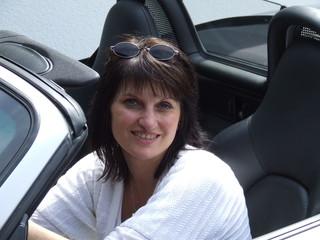 Frau sitzend im Cabriole