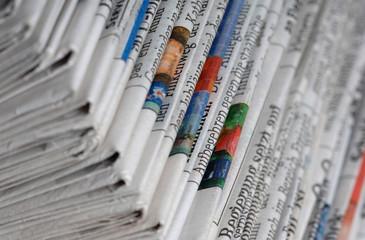 In de dag Kranten zeitungsstapel