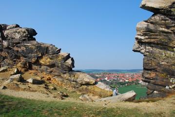 Rast zwischen den Felsen