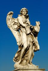 scultura di angelo sul ponte santo angelo a Roma in Italia