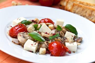 Salat mit Champignons,Tomaten und Käse