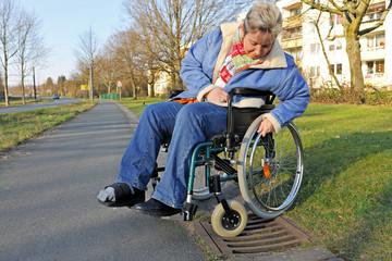 Frau im Rollstuhl hat Probleme