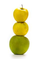 fruits - image de trois pommes en équilibre sur fond blanc