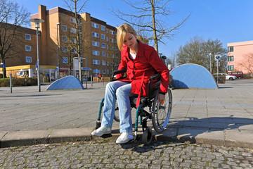 Junge Frau im Rollstuhl hat Probleme