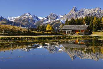 Fototapete - Bergsee mit Häuschen