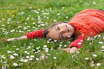 allongée sur le dos dans l'herbe 2