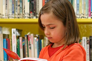 fillette à la bibliothèque 10