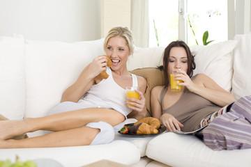Croissants und Saft zu Hause
