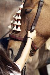 niña acariciando un caballo