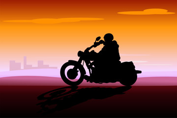 Keuken foto achterwand Motorfiets motociclista al tramonto sulla città