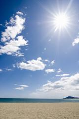 Sonne über Meer und Sandstrand