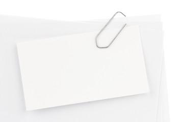 image d'un trombone et de plusieurs pages blanches