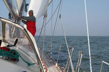 Segler auf Segelyacht alleine auf dem Meer