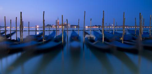 Keuken foto achterwand Gondolas Azul amanecer en Venecia