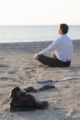 Geschäftsmann entspannt am Strand