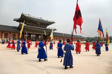 Fotobehang Seoel Wachaufzug am Changdeokgung Palace in Seoul