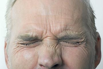 gros plan sur les yeux fermés d'un homme âgé