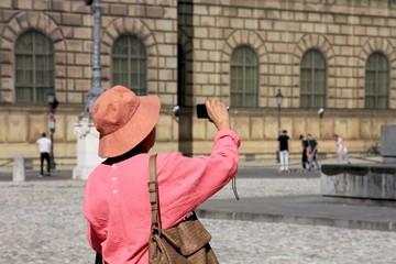 Touristin macht Foto in München