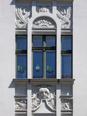 Fenster mit Stuckverzierung