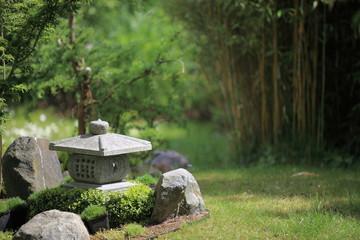 Chinesische Steinlampe vor Bambus - Chinese lamp