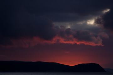 Sonnenuntergang hinter einem Fjell in den Fjorden