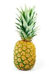 Ganze Ananas auf weißem Hintergrund