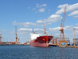 Frachter am Pier