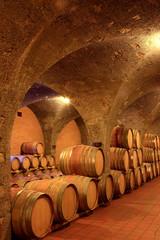 Fototapete - Weinkeller, Eichenfässer mit Rotwein in einem Steinkeller