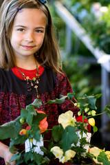 fillette achetant des plantes