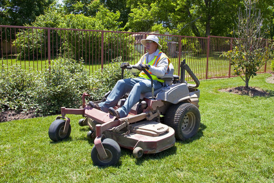 Commericial Lawn Mowing with Zero Turn