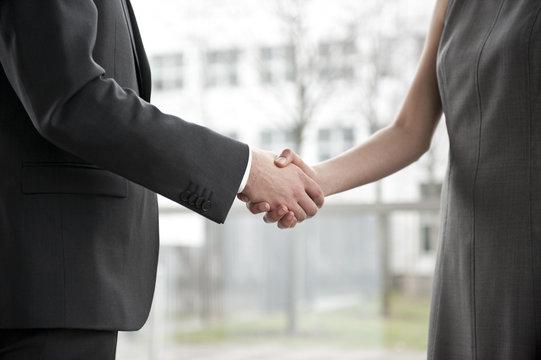 geschäftsfrau und geschäftsmann beim handschlag