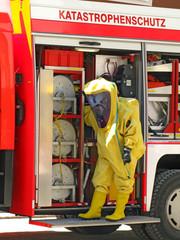 Feuerwehrmann im Schutzanzug - hazmat equipment