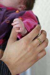 petite main de bébé dans celle de son papa