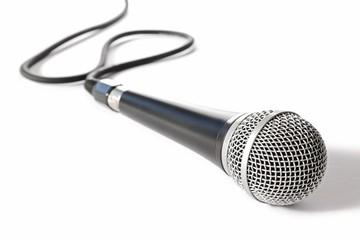 Bühnenmikrofon auf weißem Hintergrund
