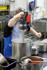 Koch pürriert Suppe