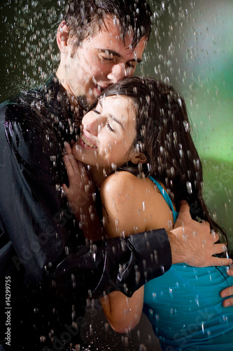 boy and girl kissing in the rain № 200423