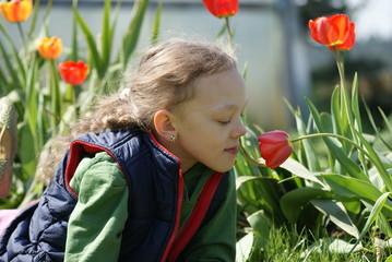 Dziewięcioletnia dziewczynka na tle kwiatów