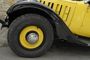 Voiture à roue jaune