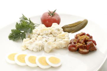 Kartoffelsalat mit Currywurst und Beilagen