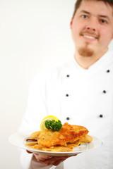 koch mit wiener schnitzel