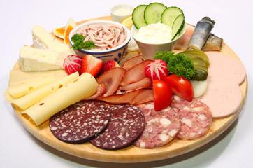 üppige vesperplatte mit wurst,käse,schinken und fisch