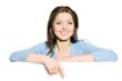 Junge Frau zeigt mit Finger auf Textfreiraum