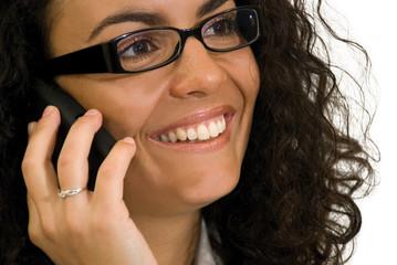 Femme brune à lunettes noires au téléphone