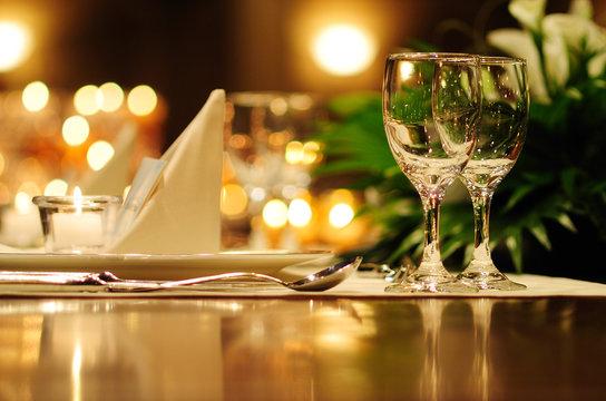 テーブルの上のグラスとナプキン