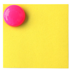 magnet bouton rose sur post-it jaune