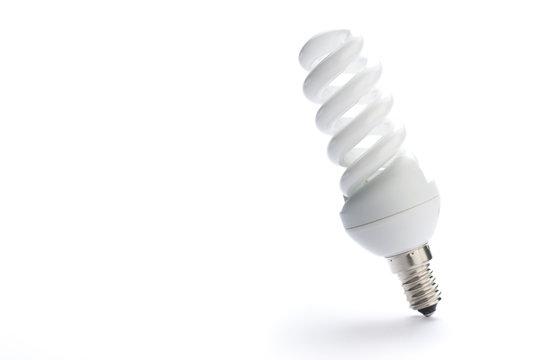 ampoule basse consommation sur fond blanc et ombre