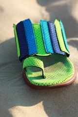 chaussure de plage dans le sable