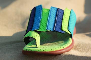 chaussure de plage dans le sable 2