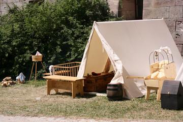 Das altertümliche Zelt und die Kindersachen der Nomaden