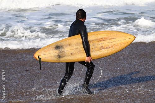 Homme avec sa planche de surf en balsa photo libre de droits sur - Decorer sa planche de surf ...
